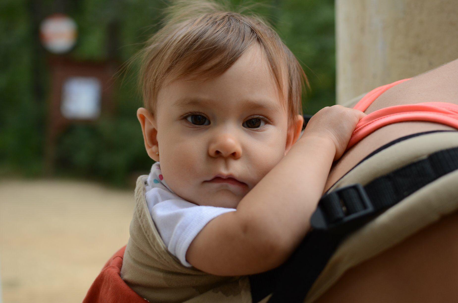 Magyarinda csatos babahordozó Klasszik - 8 hónapos babával